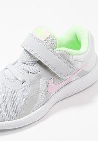 Nike Performance - REVOLUTION 4 - Laufschuh Neutral - pure platinum/pink foam/platinum tint/lime blast - 2