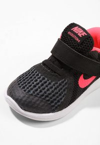 Nike Performance - REVOLUTION 4 - Obuwie do biegania treningowe - black/white/racer pink - 5