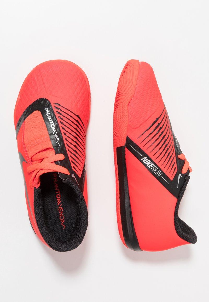 Nike Performance - PHANTOM ACADEMY IC - Fußballschuh Halle - brigth crimson/black/metallic silver