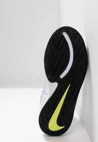 Nike Performance - TEAM HUSTLE D 9 - Basketball shoes - white/black/volt - 5