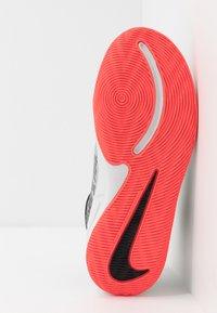 Nike Performance - TEAM HUSTLE D 9 - Basketbalschoenen - light smoke grey/black/laser crimson - 5