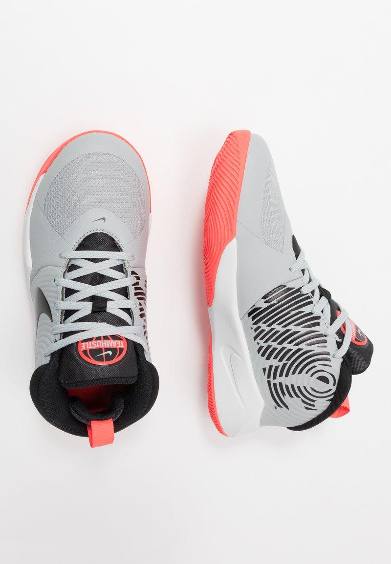 Nike Performance - TEAM HUSTLE D 9 - Basketbalschoenen - light smoke grey/black/laser crimson