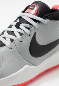 Nike Performance - TEAM HUSTLE D 9 - Basketbalschoenen - light smoke grey/black/laser crimson - 2