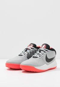 Nike Performance - TEAM HUSTLE D 9 - Basketbalschoenen - light smoke grey/black/laser crimson - 3