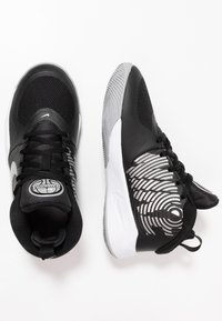 Nike Performance - TEAM HUSTLE D 9 - Basketbalschoenen - black/metallic silver/wolf grey/white - 0