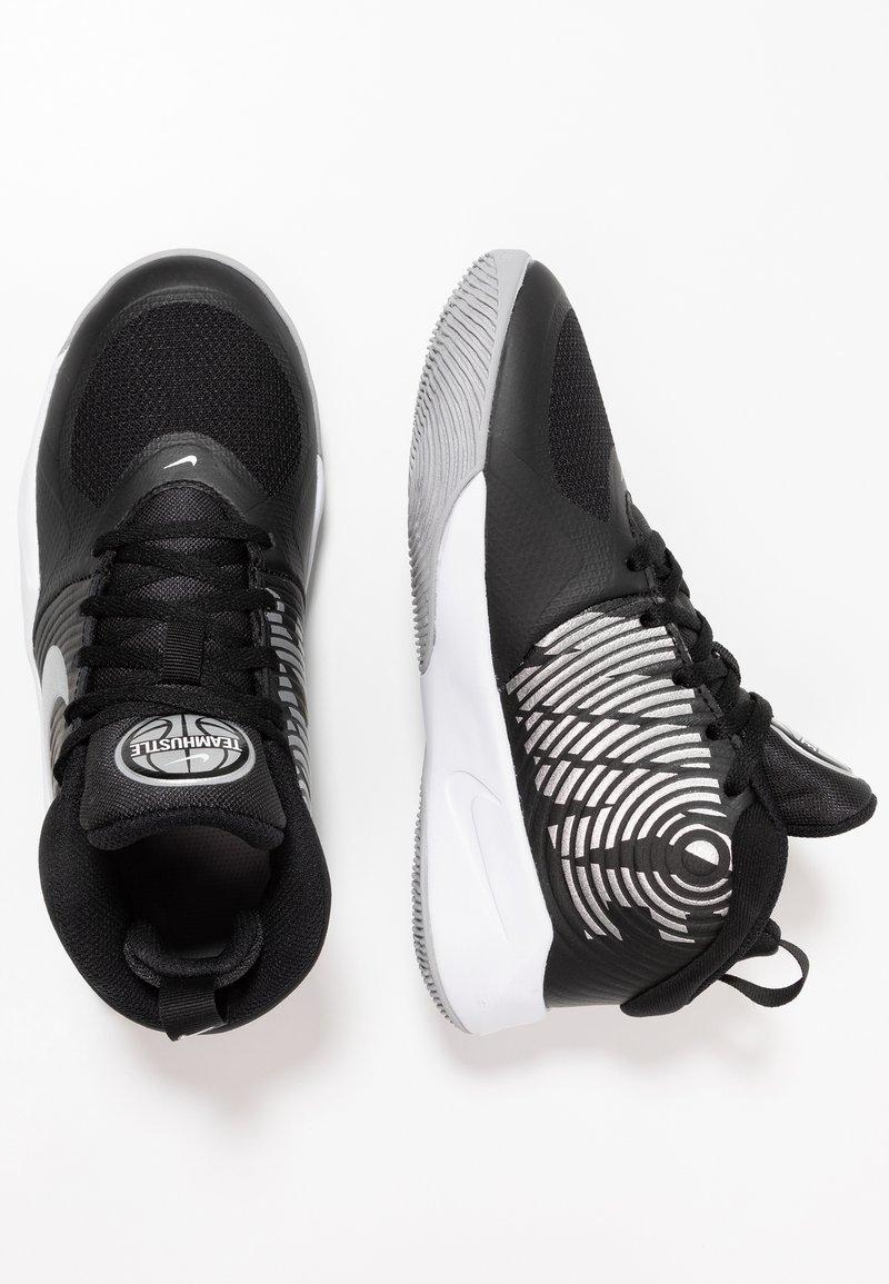 Nike Performance - TEAM HUSTLE D 9 - Basketbalschoenen - black/metallic silver/wolf grey/white