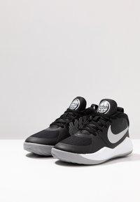 Nike Performance - TEAM HUSTLE D 9 - Basketbalschoenen - black/metallic silver/wolf grey/white - 3
