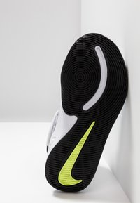 Nike Performance - TEAM HUSTLE 9  - Basketball shoes - white/black/volt - 5