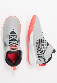 Nike Performance - TEAM HUSTLE 9  - Obuwie do koszykówki - light smoke grey/black/laser crimson - 0