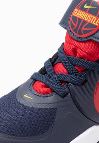 Nike Performance - TEAM HUSTLE 9  - Koripallokengät - midnight navy/university red/white - 2