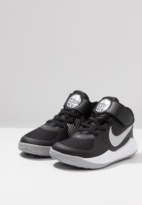 Nike Performance - TEAM HUSTLE 9  - Basketball shoes - black/metallic silver/wolf grey/white - 3