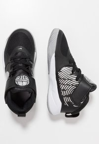 Nike Performance - TEAM HUSTLE 9  - Basketball shoes - black/metallic silver/wolf grey/white - 0