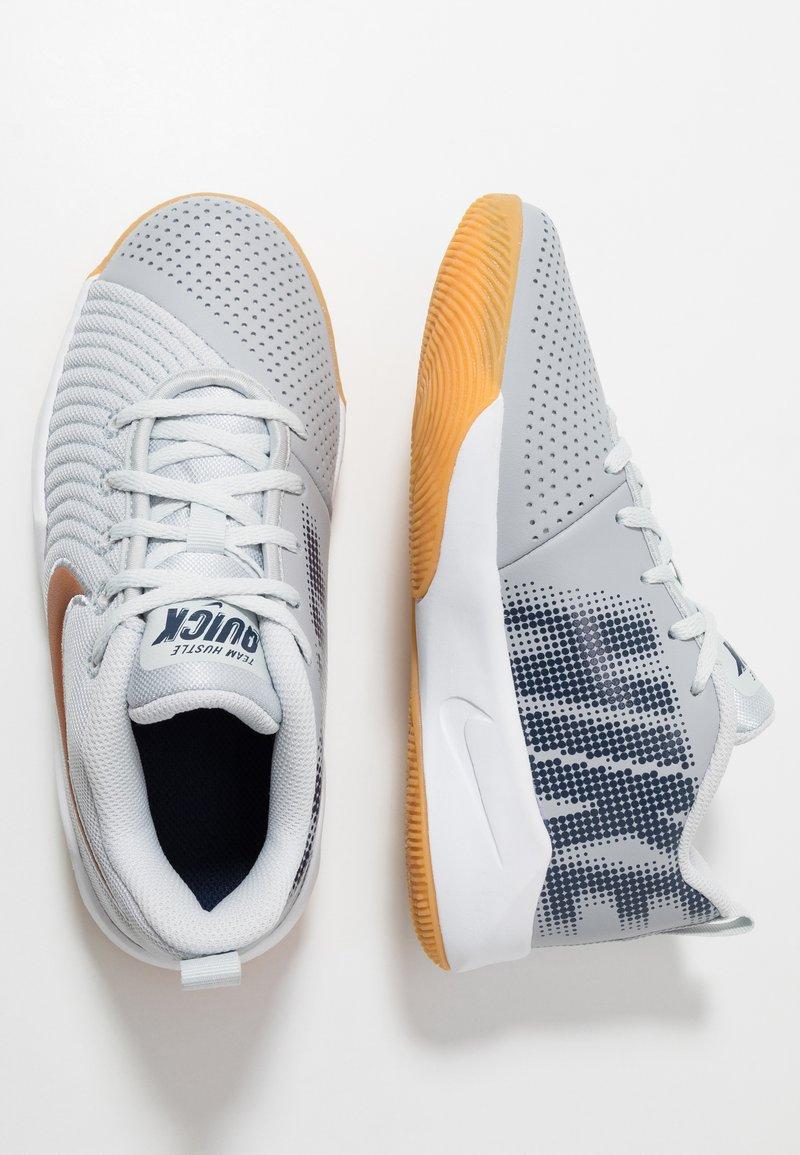 Nike Performance - TEAM HUSTLE QUICK 2 - Basketballschuh - pure platinum/metallic copper/wolf grey/midnight navy