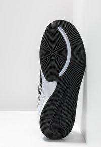 Nike Performance - TEAM HUSTLE QUICK 2 - Basketball shoes - black/white/anthracite/volt - 5