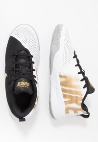 Nike Performance - TEAM HUSTLE QUICK 2 - Basketball shoes - black/metallic gold/light smoke grey/white - 0