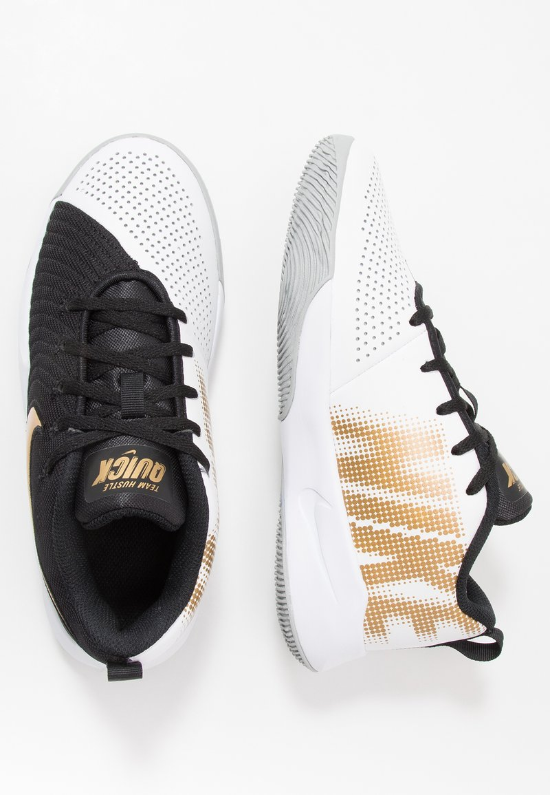 Nike Performance - TEAM HUSTLE QUICK 2 - Basketball shoes - black/metallic gold/light smoke grey/white
