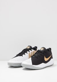 Nike Performance - TEAM HUSTLE QUICK 2 - Basketball shoes - black/metallic gold/light smoke grey/white - 3