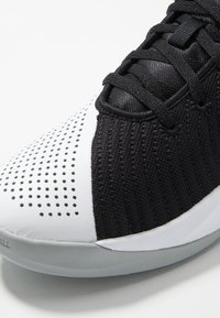 Nike Performance - TEAM HUSTLE QUICK 2 - Basketball shoes - black/metallic gold/light smoke grey/white - 2