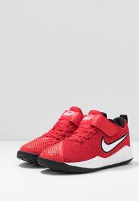 Nike Performance - TEAM HUSTLE QUICK 2 - Basketballsko - university red/white/black - 3