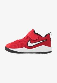Nike Performance - TEAM HUSTLE QUICK 2 - Basketballsko - university red/white/black - 1
