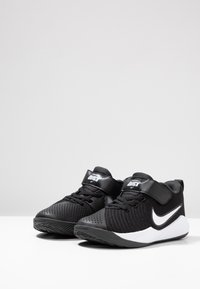 Nike Performance - TEAM HUSTLE QUICK 2 - Basketball shoes - black/white/anthracite/volt - 2