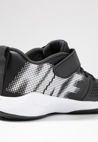 Nike Performance - TEAM HUSTLE QUICK 2 - Basketball shoes - black/white/anthracite/volt - 5
