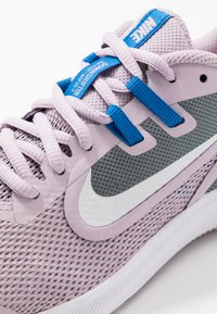 Nike Performance - DOWNSHIFTER 9 - Hardloopschoenen neutraal - iced lilac/white/smoke grey/soar - 2