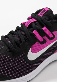 Nike Performance - DOWNSHIFTER 9 - Hardloopschoenen neutraal - black/white/active fuchsia - 2