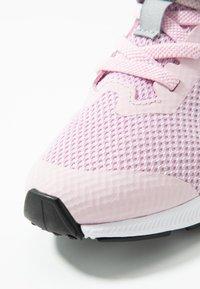 Nike Performance - DOWNSHIFTER 9  - Obuwie do biegania treningowe - pink foam/white/metallic silver/pure platinum - 5