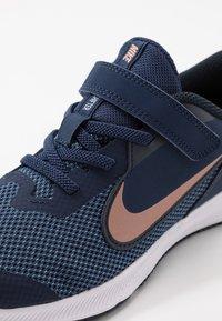 Nike Performance - DOWNSHIFTER 9  - Chaussures de running neutres - midnight navy/metallic red bronze/dark obsidian - 2