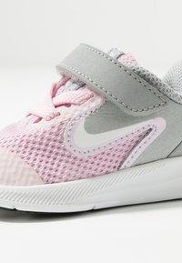 Nike Performance - DOWNSHIFTER 9 - Hardloopschoenen neutraal - pink foam/white/metallic silver/pure platinum - 5
