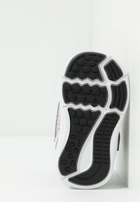 Nike Performance - DOWNSHIFTER 9 - Hardloopschoenen neutraal - pink foam/white/metallic silver/pure platinum - 4