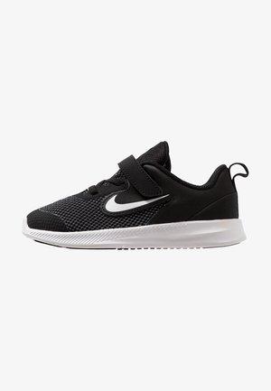 DOWNSHIFTER 9 - Neutrální běžecké boty - black/white/anthracite/cool grey