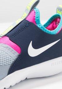 Nike Performance - FLEX RUNNER - Neutrální běžecké boty - obsidian mist/white/laser fuchsia - 2
