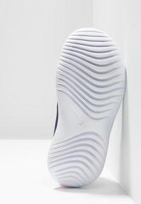 Nike Performance - FLEX RUNNER - Neutrální běžecké boty - obsidian mist/white/laser fuchsia - 5