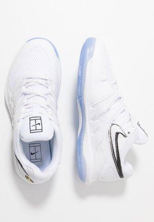 NIKECOURT VAPOR X - Multicourt tennis shoes - white/black/bright crimson