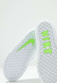 Nike Performance - PICO 5  - Scarpe da fitness - pure platinum/electric green/white - 5
