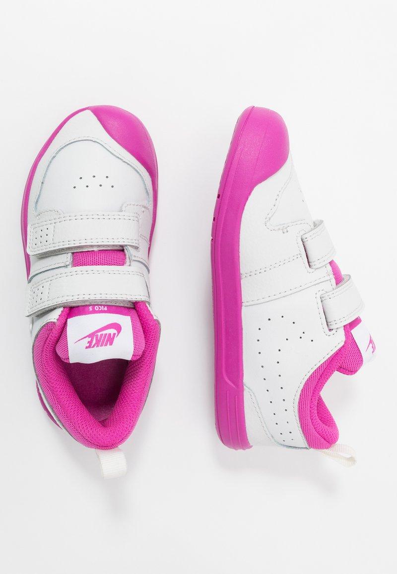 Nike Performance - PICO 5  - Sportovní boty - platinum tint/white/active fuchsia