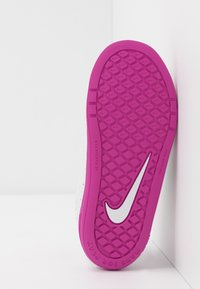 Nike Performance - PICO 5  - Sportovní boty - platinum tint/white/active fuchsia - 5