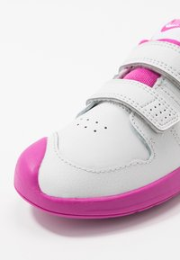 Nike Performance - PICO 5  - Sportovní boty - platinum tint/white/active fuchsia - 2