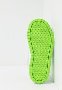 Nike Performance - PICO 5 - Scarpe da fitness - pure platinum/electric green/white - 4