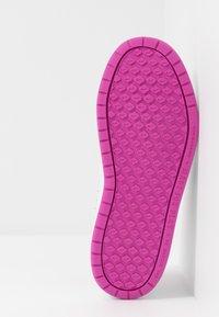 Nike Performance - PICO 5 - Zapatillas de entrenamiento - platinum tint/white/active fuchsia - 5