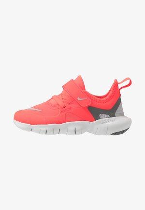 FREE RN 5.0 - Minimalist running shoes - laser crimson/light smoke grey/smoke grey/photon dust