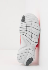 Nike Performance - FREE RN 5.0 - Chaussures de course neutres - laser crimson/light smoke grey/smoke grey/photon dust - 5