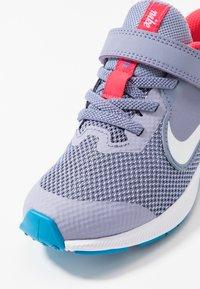Nike Performance - DOWNSHIFTER 9 - Nøytrale løpesko - stellar indigo/white/indigo haze/blue hero - 5