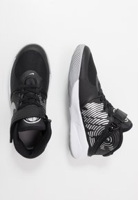 Nike Performance - TEAM HUSTLE D 9 FLYEASE - Basketball shoes - black/metallic silver/wolf grey - 0