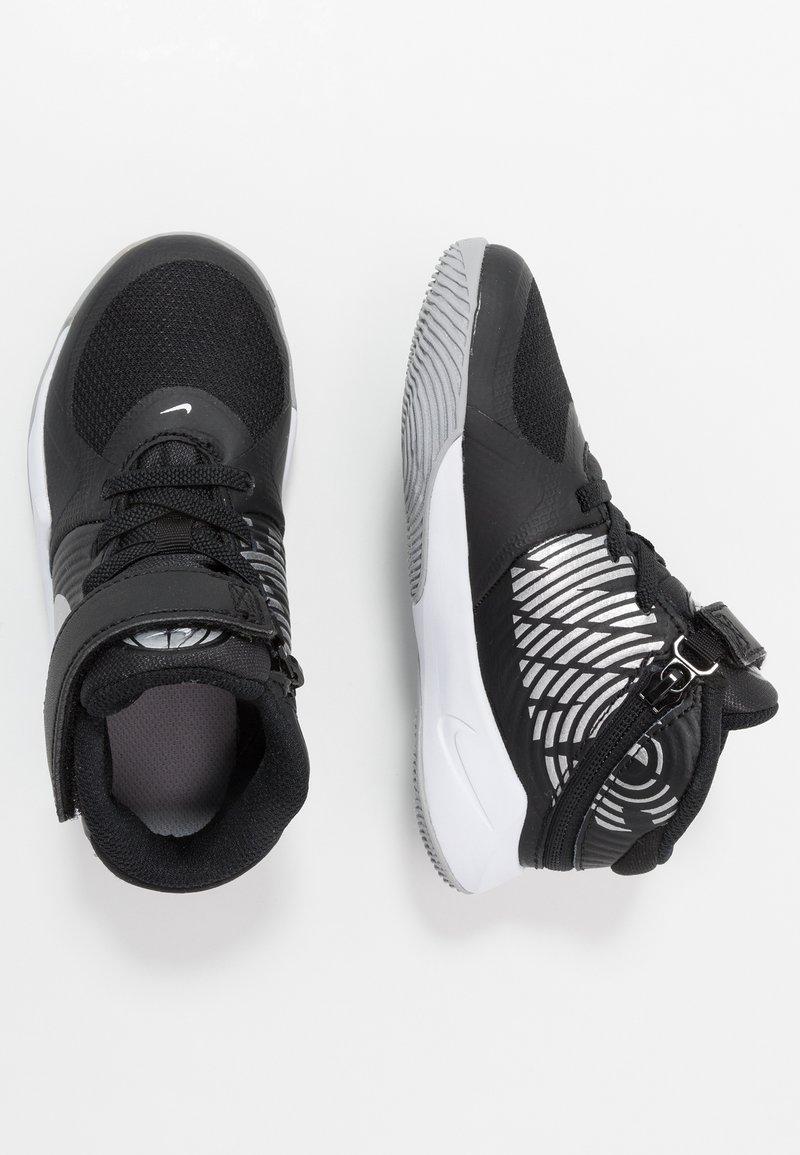 Nike Performance - TEAM HUSTLE D 9 FLYEASE - Basketballsko - black/metallic silver/wolf grey