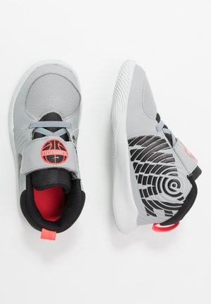 TEAM HUSTLE - Koripallokengät - light smoke grey/black/laser crimson