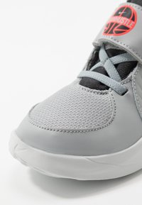 Nike Performance - TEAM HUSTLE - Zapatillas de baloncesto - light smoke grey/black/laser crimson