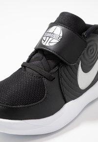 Nike Performance - TEAM HUSTLE - Basketbalschoenen - black/metallic silver/wolf grey/white - 2